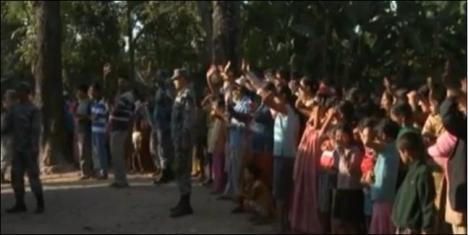 पुनर्स्थापनाको लागि  अमेरिका हिंडेकाहरुलाई बिदाइको हात हलाउदै भुटानि शरणार्थीहरु